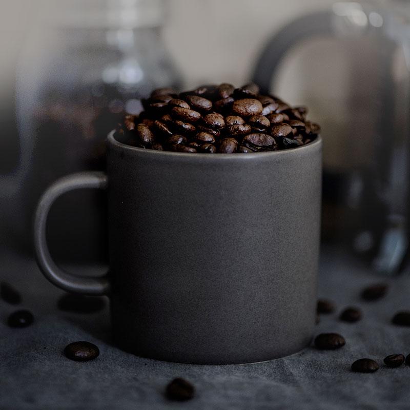 Photo avec des grains de café dans une tasse